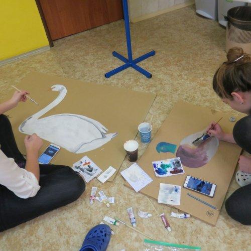 … zatímco na podlaze jejich spolužačky malují první loutky.