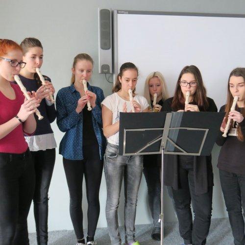 Aby naše představení mělo správný spád, přibrali jsme si na pomoc ihudební nástroje– flétny a kytary.
