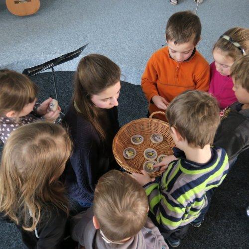 Jako dárek si děti vzávěru odnesly dřevěnou medaili sobrázkem některého znašich zimujících opeřenců. Ještě že máme ve škole šikovné truhláře:-)