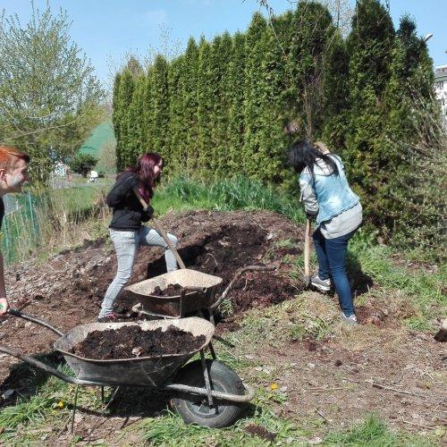 Naložit a převézt kompost také nebylo pro naše zahradnické začátečníky úplně jednoduché, ale přesto se naši žáci snástrahami těchto prací popasovali sectí.