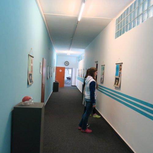 Děvčata z I.G pomohla s instalací výstavky a stala se hned jejími prvními návštěvnicemi.