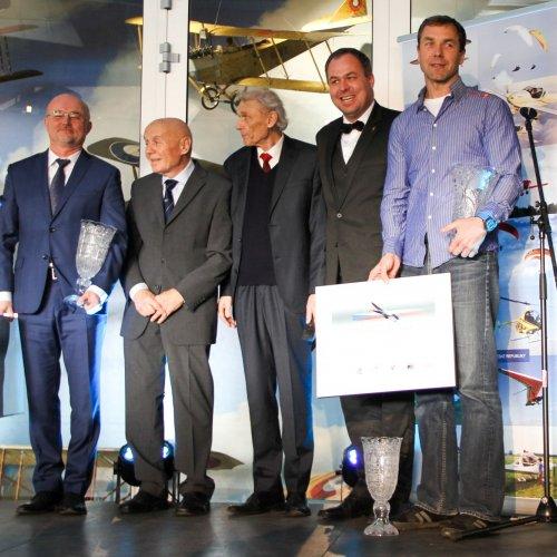 Nejlepší letečtí sportovci 2016 - Ivo Lengál (zcela vlevo) - mistr světa v ultralehkém létání a letecký akrobat Martin Šonka (vpravo) - dvojnásobný medailista mistrovství Evropy v akrobatickém létání královské kategorie Unlimited