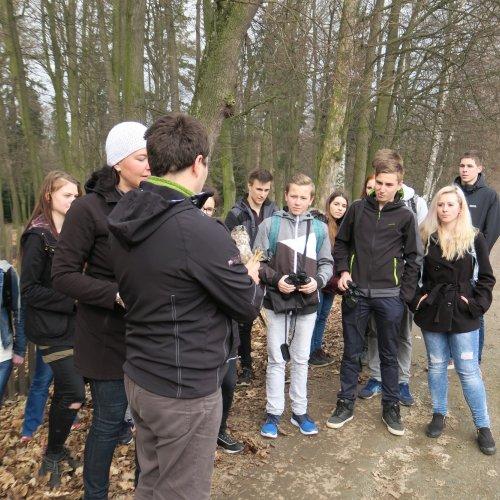 Celá I.G zaujatě poslouchá vyprávění pana Karafiáta o životě kání lesních.
