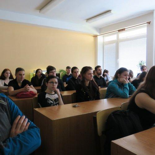 Auditorium biologické posluchárny pozorně naslouchající vyprávění Richarda Kabelky
