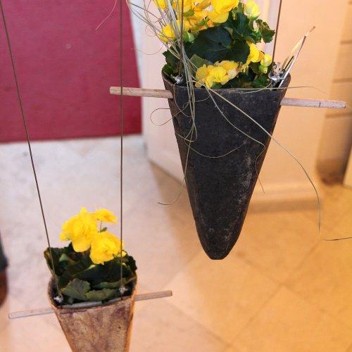 Závěsné květináče (kamenina) – Eliška NOVOTNÁ
