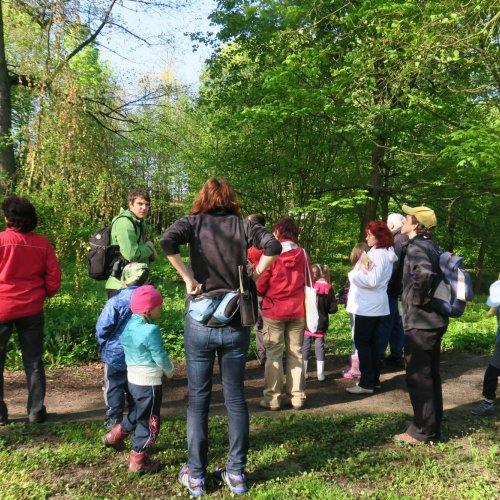 Skupinka s dalekohledy zvolna a tiše procházela park a viděla mnoho z toho, co je běžným návštěvníkům parku utajeno.