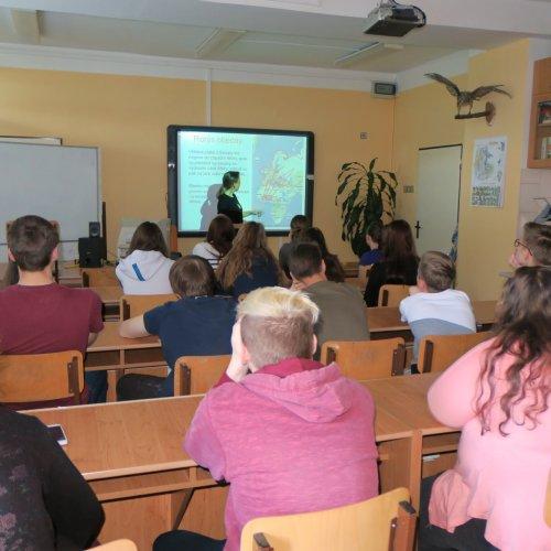 Žáci I.G a I.E během přednášky paní Dobruské z ČSO.