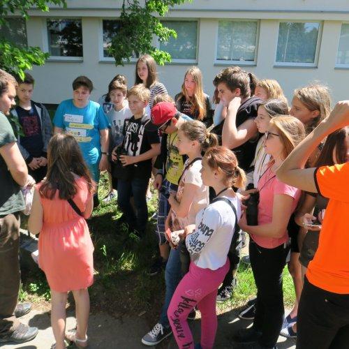 Žáci 7. A ZŠ Lánecká kroužkovali mláďata modřinek v naší přírodní zahradě.