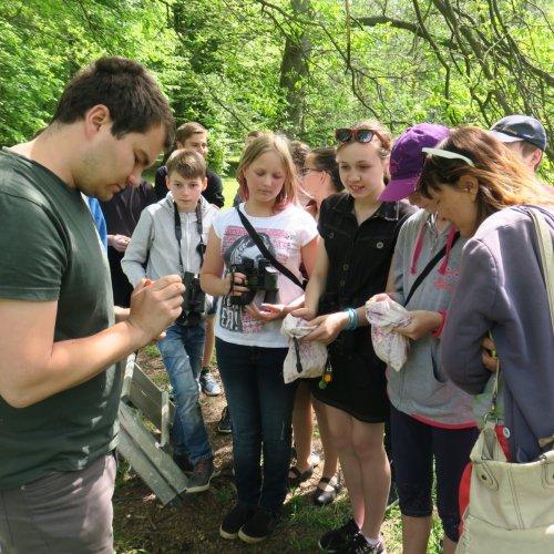 Žáci 7.G ze ZŠ Lánecká při programu v zámeckém parku přihlíželi kroužkování mláďat špačků.