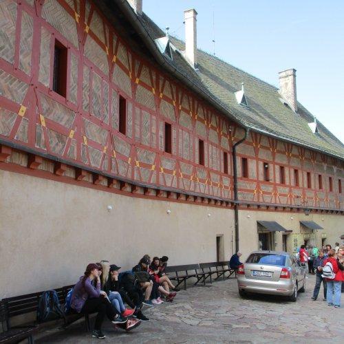 Krátké posezení před purkrabstvím a potom nás již čekalo několik stovek schodů v karlštejnských věžích.