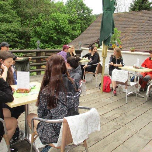 Po zajímavé prohlídce jsme si užili příjemný oběd na terase Hájovny U Dubu. Tento podnik můžeme jen vřele doporučit.