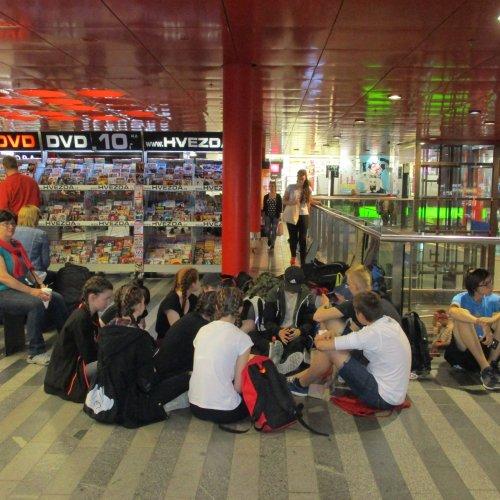 Druhý den už nás čekal jen úklid a poté cesta domů. Na fotografii jsou unavení výletníci během čekání na přestup na Hlavním nádraží v Praze.