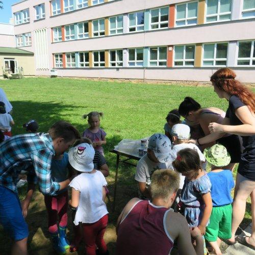 Děti z MŠ měly oči navrch hlavy a gymnazisté plné ruce práce.