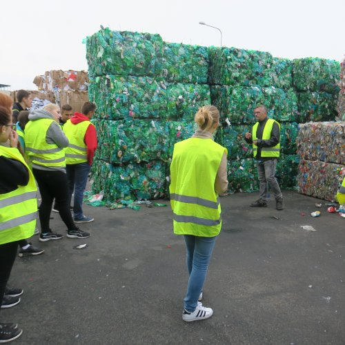 Balíky papíru, zelených, modrých a ostatních petek, tenkých i silných čirých fólií, barevných fólií, pásek, dutých plastů a dalších cca 8 frakcí odpadu vzorně srovnaných vroubí haly firmy ASMJ.