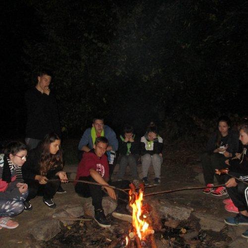 Měsíček v úplňku, posezení u ohně s kamarády - nic nám nechybí.