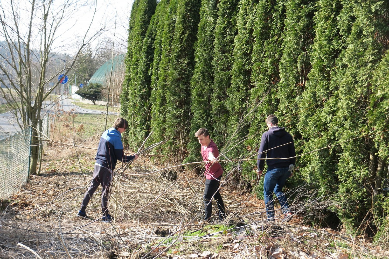 13.března likvidují hoši ztehdejší I.G nálet dřevin, křoví a plevel.