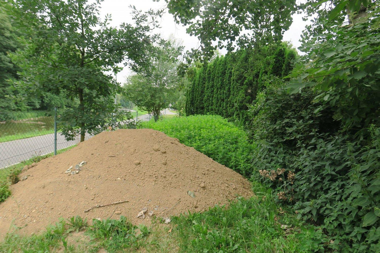 Další hromada. Toužebně očekávaný valník hlíny dorazil 29.6.2017. Kompost už stihl pěkně zarůst kopřivami. Další práce budou muset počkat do podzimu.
