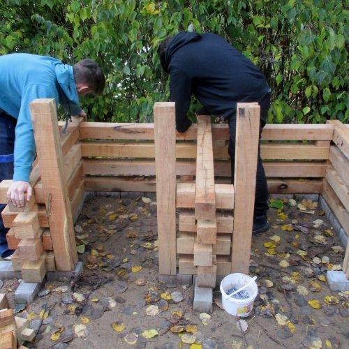 Šikovným truhlářům kompost pod rukama přímo rostl.