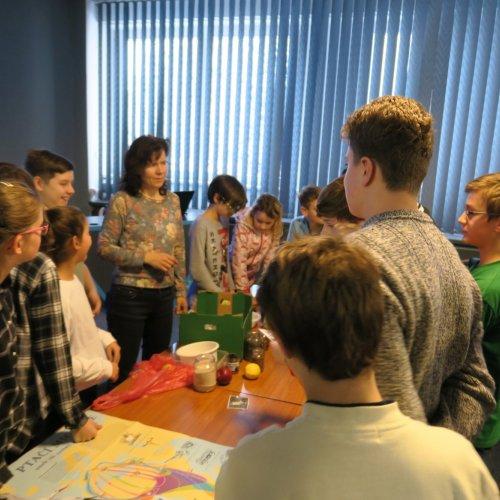 Žáci ze ZŠ Komenského při diskusi nad mapou ptačí migrace 19.12.2018