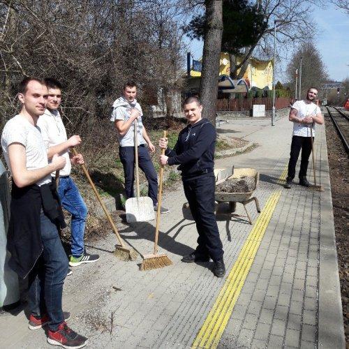 První šli do akce žáci II.P. Zatímco hoši čistili nástupiště vlak. zastávky …