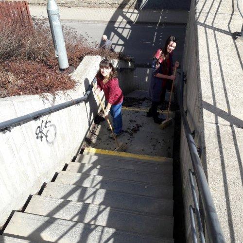 … děvčata vymetla schody.