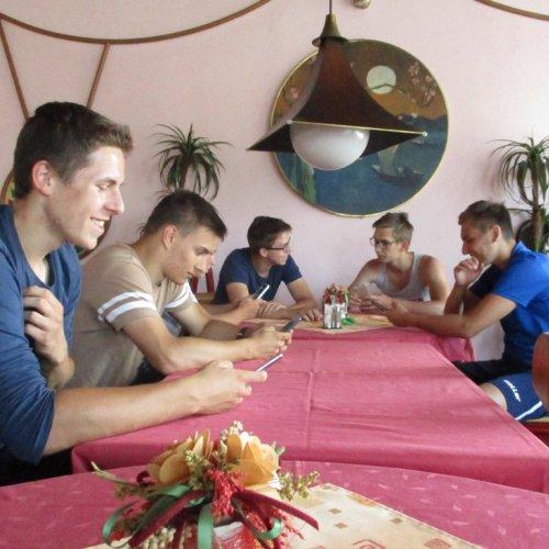 Čekání na oběd ve škrdlovické restauraci. Hádejte, co mají všichni hoši (i dívky mimo záběr) v rukou?