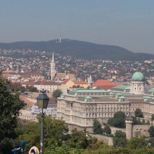 Budapešť - pohled z vyhlídky Gellerově vrch na Budín, Budínsky hrad a Matyášův chrám