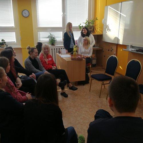 Naše absolventky diskutují se žáky ze IV.G