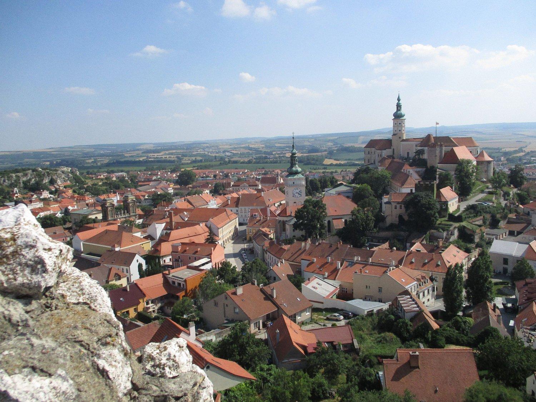 Zvyhlídkové plošiny na jeho vrcholu byl nádherný výhled nejen na zámek, ale na celý Mikulov a jehookolí.