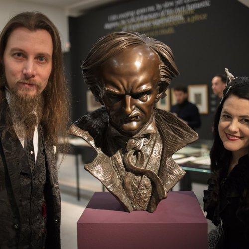 Z vernisaze. Marek Skubal, Tereza Eisnerova a Edgar Allan Poe. Foto Radek Detinsky