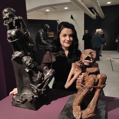 Z vernisaze. Tereza Eisnerova, jeji socha Mumie (vpravo) a stejnojmenna socha od Bohumila Kafky (vlevo) foto Kristyna Jiratova