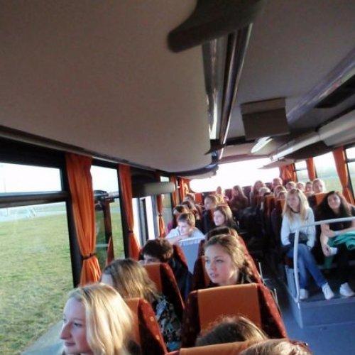 … nastupují studenti do letištního autobusu a vyjíždí na provozní plochy letiště.