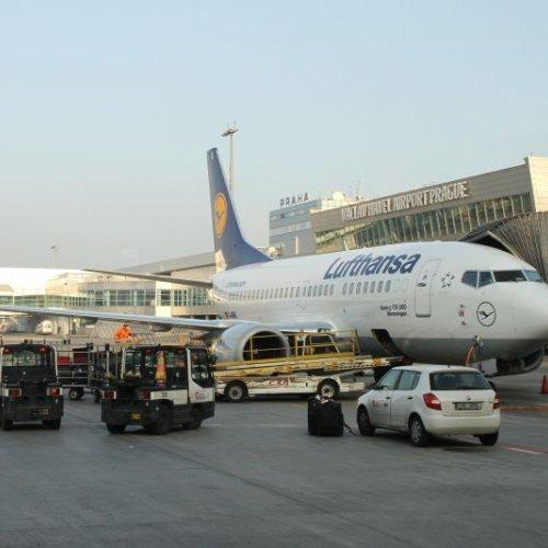 Pozorujeme odbavení Boeingu německé společnosti Lufthansa.