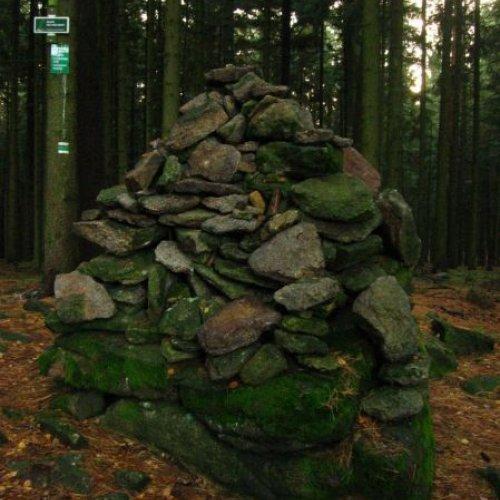 Vyšší ze dvou vrcholů, který přesto vmapách většinou nenajdete. (715mn.m.)