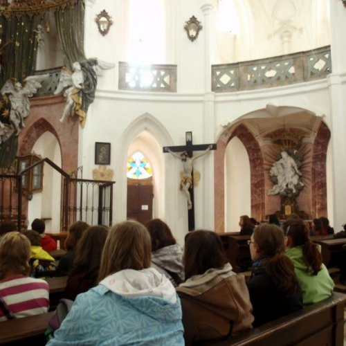 Měli jsme možnost prohlédnout si jej nejen zvenčí, ale i zevnitř a díky průvodkyni se dozvědět i spoustu zajímavých informací z historie kostela i jeho symboliky.