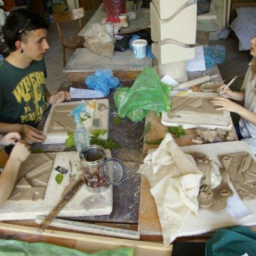 Vilma, Michal a Lenka pracují v ateliéru keramiky