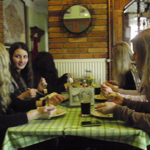 … a tak do srbské restaurace UKapličky dorazila tlupa navlhlých, ušlých individualit, které pookřály až nad dobrým pozdním obědem.