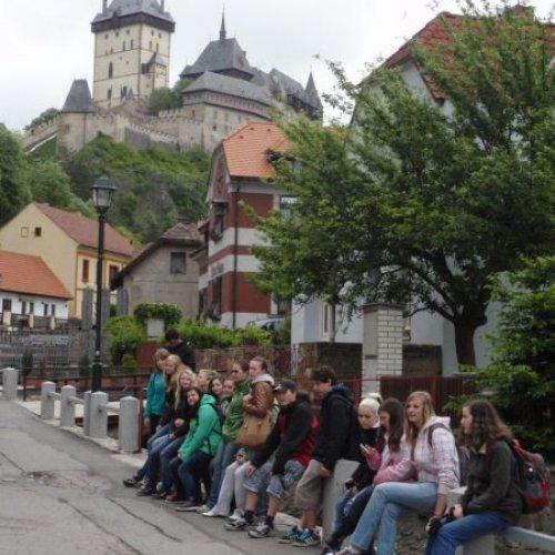 Druhý den nás čekala návštěva hradu, kde se 200let uchovávaly naše korunovační klenoty– hradu Karlštejn. Během druhého prohlídkového okruhu jsme si prošli část zprostor Císařského paláce, kostel Nanebevzetí Panny Marie vMariánské věži iexpozice ve Velké věži včetně Kaple Svatého Kříže. Je to krásné místo, ani se nám nechtělodál.