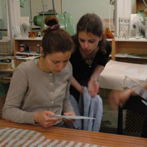 Studentky při práci na vitrážích
