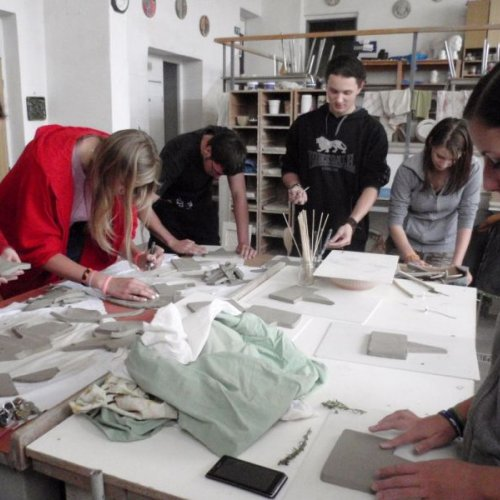 Mezitím jsme si vyzkoušeli radosti řemesla keramického. Ve školní keramické dílně jsme se pokusili zhotovit jmenovky k bylinám vysázeným na skalce školní přírodní zahrady.