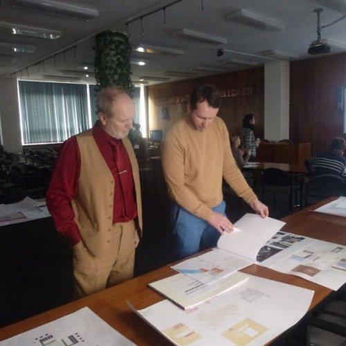 Obhajob studentů oboru bytový architekt se zúčastnil i ředitel školy Ing. Jindřich Vodička (na snímku s hlavním výtvarníkem školy MgA. Milanem Krajíčkem)