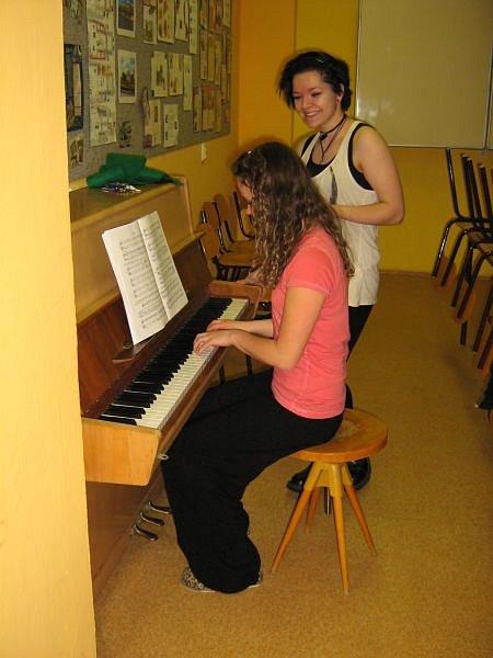 Jedna zúčastnic se učí hrát na piano.