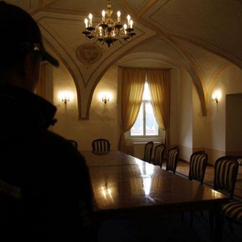 Velkým kontrastem pak byl pohled na zrekonstruovaný sál v prostorách bývalého muzea, kde budou probíhat různé slavnostní akce. Najednou jsme se ocitli ze zříceniny téměř v pohádce.