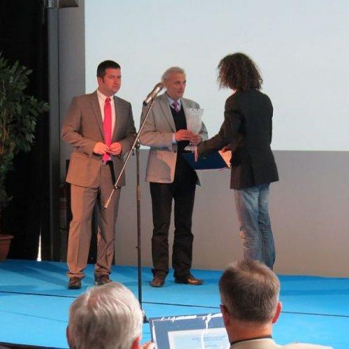 Absolutně nejlepším leteckým sportovcem za rok 2013 se stal paraglidista Tomáš Lednik, cenu předává prezident LAA Jan Brskovský