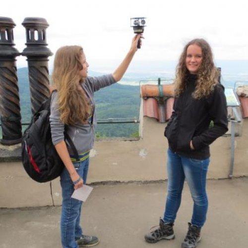 Děvčata měří rychlost větru přenosným anemometrem