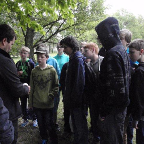 I žáci ze ZŠ Komenského zaujatě sledovali kroužkování ptáků a poslouchali zajímavé vyprávění.