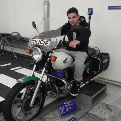 … v další si mohli zájemci vyzkoušet, kterak se sedí na policejním motocyklu,…