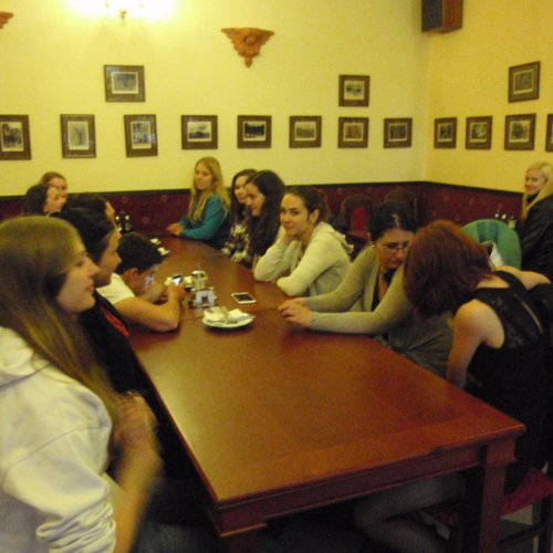 V útulném salónku hotelu Hormeda nás pak večer dostihla zpráva, že se z nás stali nejstarší gymnazisté na škole. To je třeba oslavit.