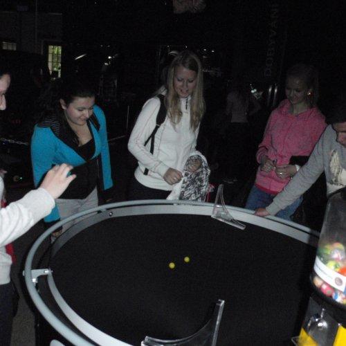 Nevěřili byste, jakou radost dokáže udělat dvojice malých míčků v rukách několika dospělých lidí v maketě černé díry. :-)