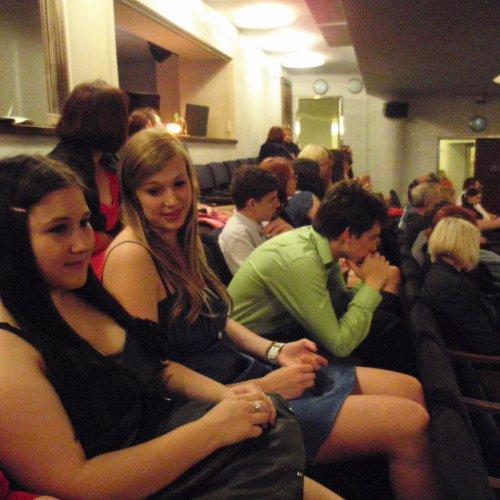 Blíží se finále – žáci III.G v hledišti Divadla Broadway očekávají zahájení představení.